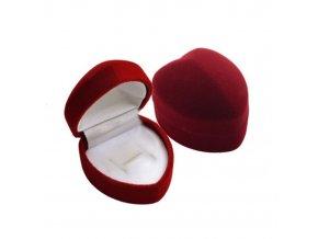 Menšie zamatové tmavočervené srdiečko na zásnubný prsteň