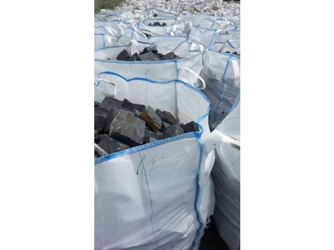 Čedič dlažební kostky pr. 15x17 cm x 7-8cm 1 t = 5,8 m2