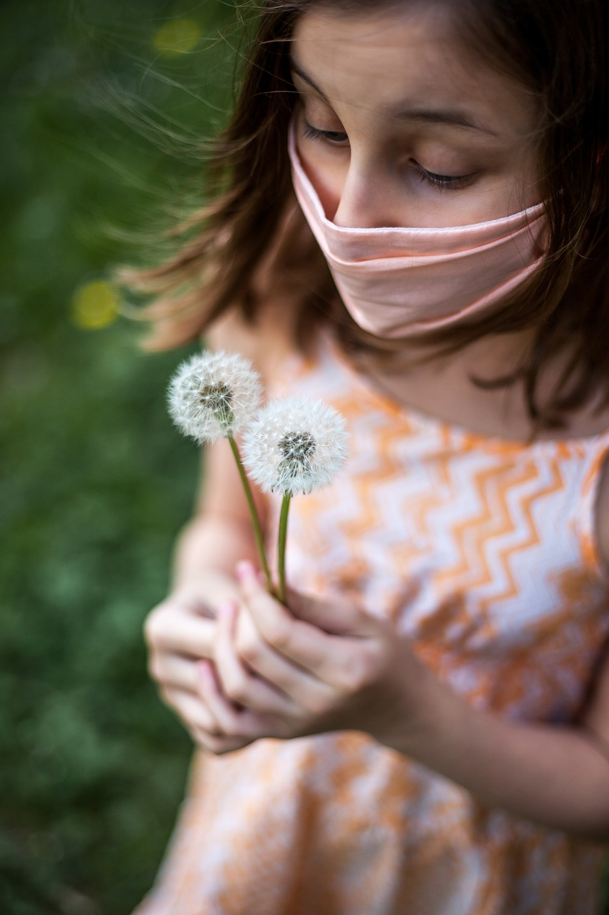 Vírus, rovnako ako alergén, spúšťa komplikovanú kaskádu reakcií, ktoré končia uvoľnením histamínu (pri alergii) alebo prienikom vírusu do bunky (COVID-19).