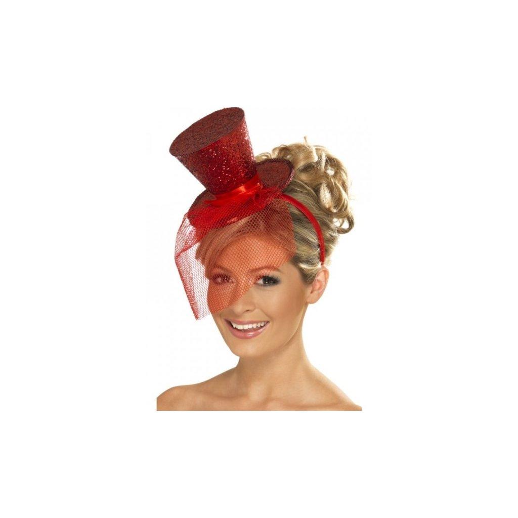 Čelenka pro dámy červená se závojem a malým kloboučkem.