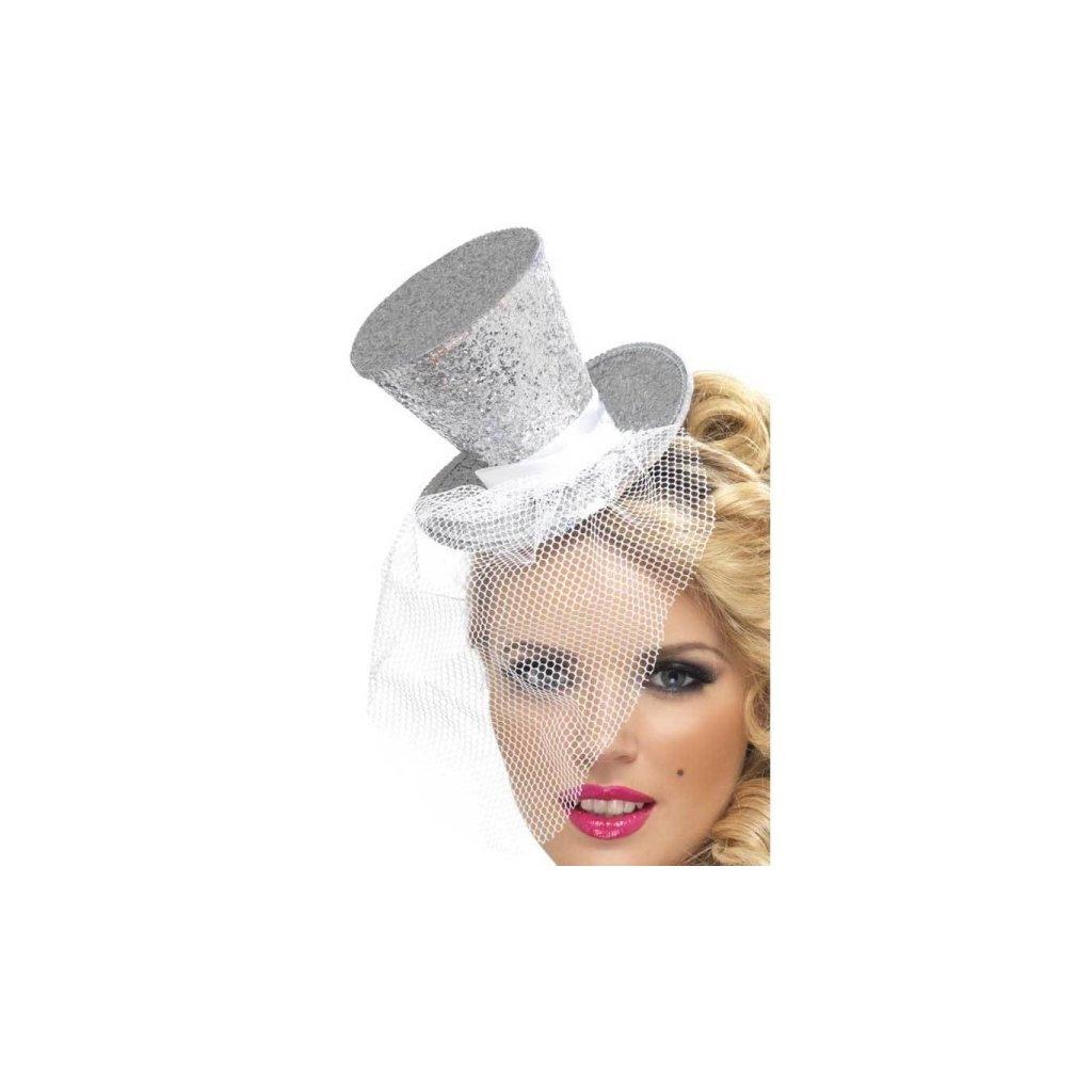Čelenka pro dámy stříbrná se závojem a kloboučkem.