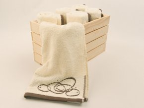 box s béžovými ručníky