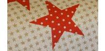 Červené hvězdy na béžové