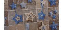 Modré hvězdy na dřevě