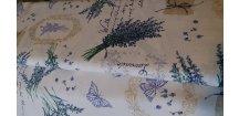 Levandule s motýlky a písmem na bílé