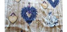 Levandulová a hortenziová srdce na prknech