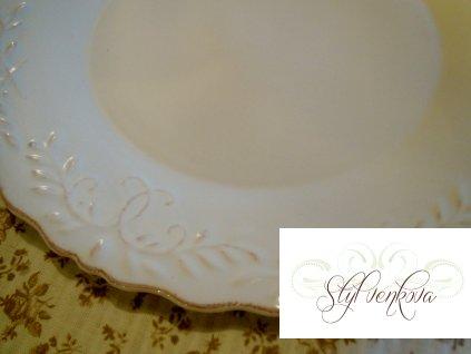 Jídelní talíř s krémovým dekorem