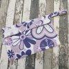 Taštička Yháček, fialové květy