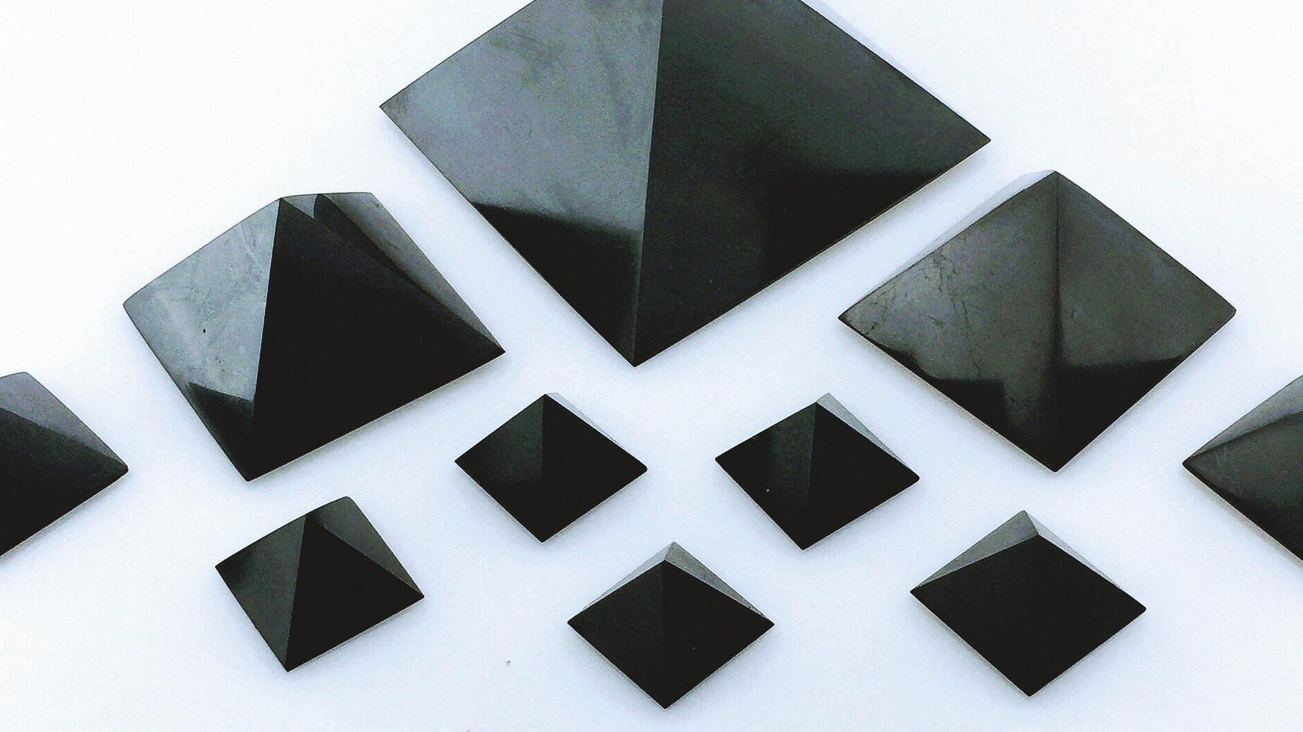 Sungit pyramidy