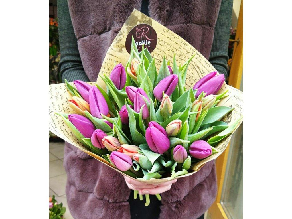 Náruč plná tulipánů