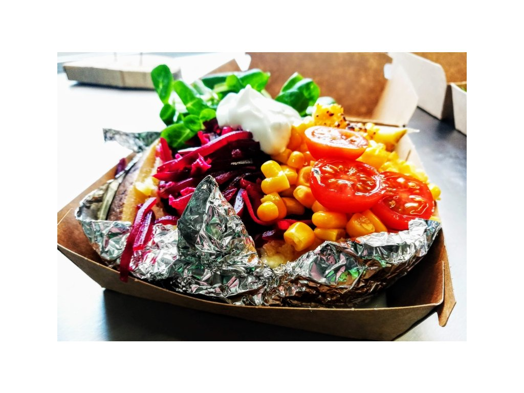 "Stříbrná brambora ""Vegoš"" - pečená brambora, zeleninka a pažitkový dip"