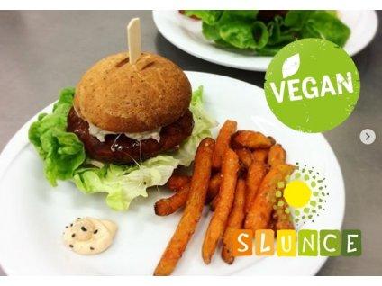 Bacon cheese burger Slunce nebo Spring burger Slunce nebo Jalapeňos burger s batátovými hranolky a domácí chipotle majonézou