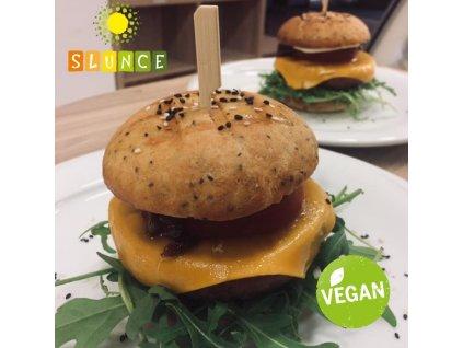 Beyond meat burger (USA) v našem domácím bezlepkovém pečivu (rajče, okurka, klíčky, cibule, domácí majonéza )