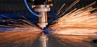 Paprsek laseru pro dělení kovů