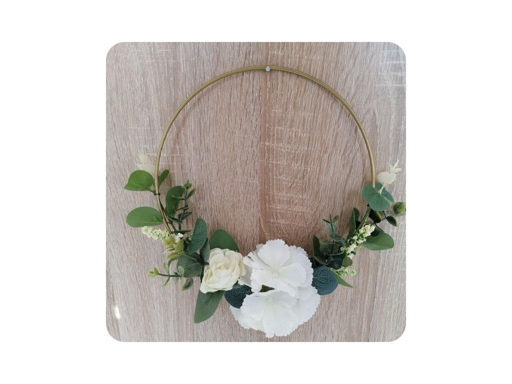 dekorační kroužky zlaté s umělou květinovou dekorací bílo zelená
