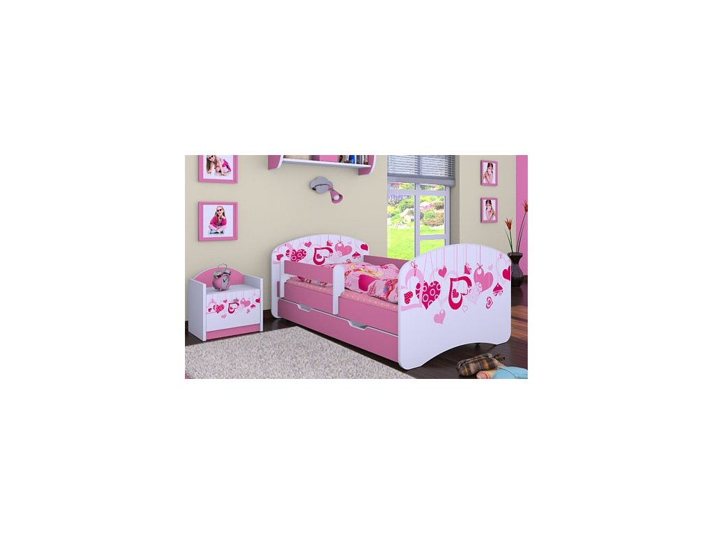 dětská postel s obrázkem srdce