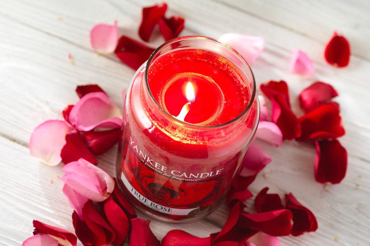 Yankee Candle velká vonná svíčka Classic se skleněným víčkem a vůní True Rose
