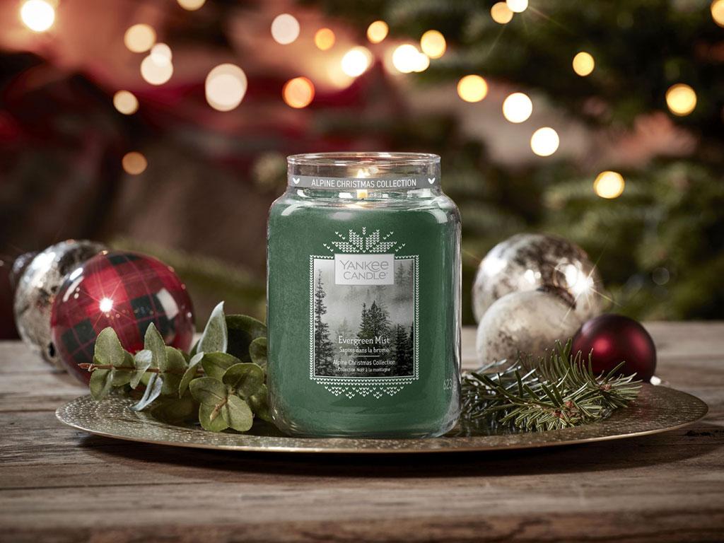 Velká svíčka Classic s vůníEvergreen Mist (Lesní mlha) (foto: Yankee Candle)