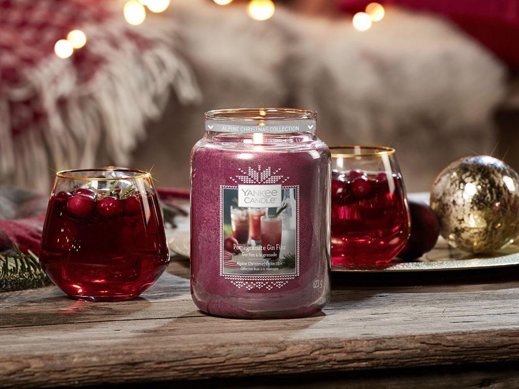 Velká svíčka Classic s vůní Pomegranate Gin Fizz (Gin Fizz z granátového jablka) (foto: Yankee Candle)