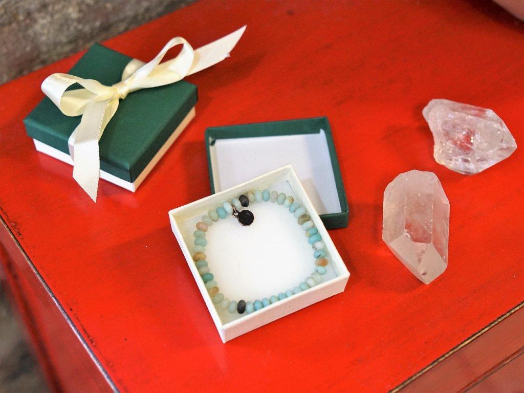 dárková krabička na náramek z minerálů