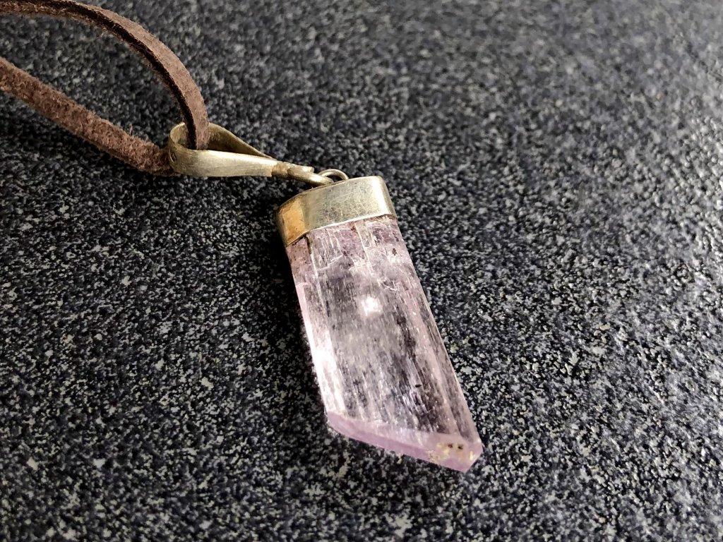 přívěsky z minerálů, kunzit přívěsek