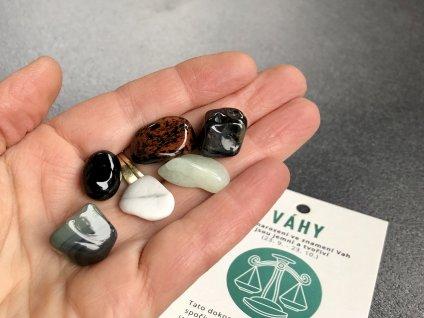 váhy, magnezit, smargd, obsidián, růženín, turmalín