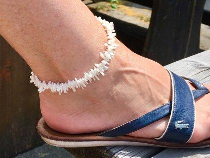 kotníkový náramek korál bílý