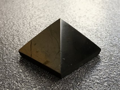 pyramidy z minerálů, šungit pyramida