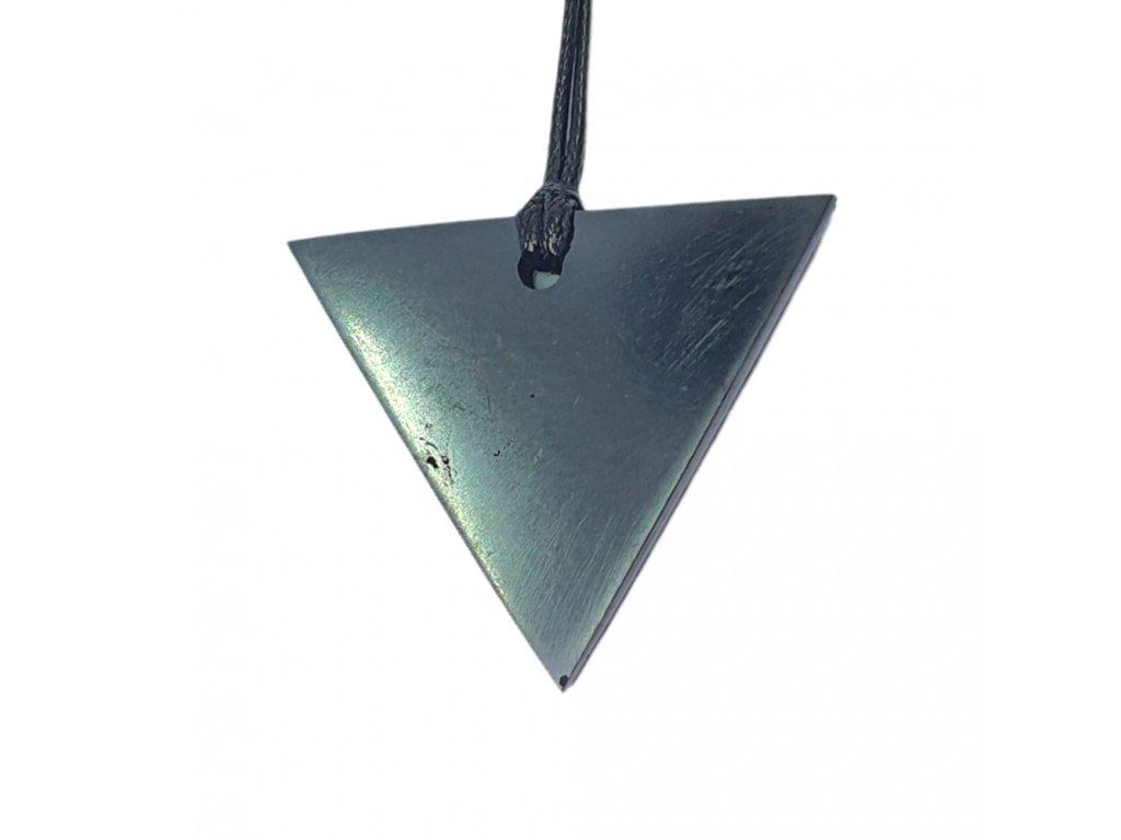 Šungitový leštený prívesok trojuholník