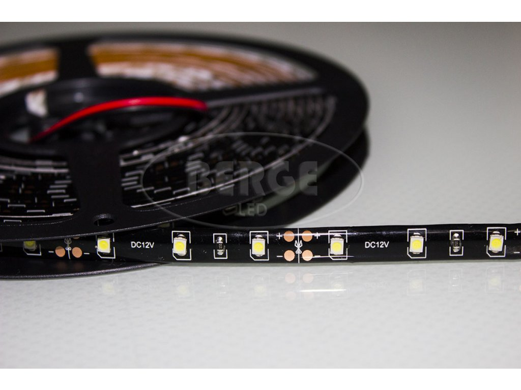 LED pásek 12V červený s černým pozadím zalitý