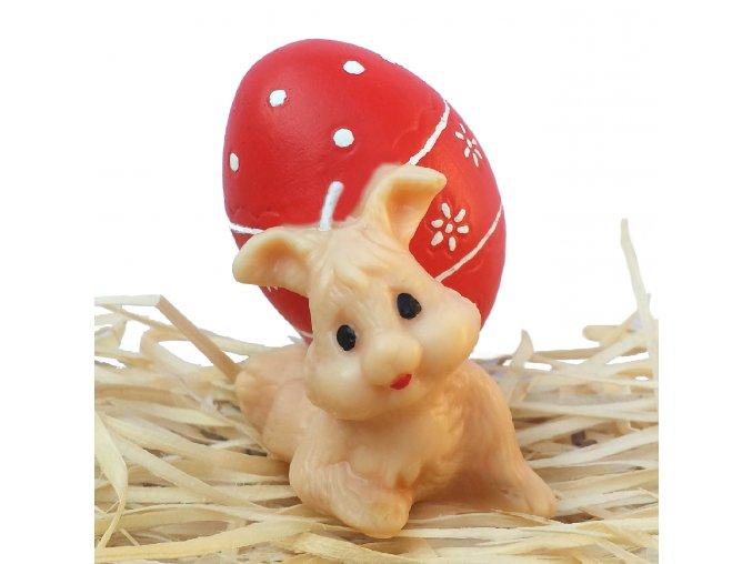 Ručně malovaná svíčka - zajíček nesoucí vajíčko 6.5 cm červené