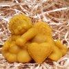 Svíčka ze včelího vosku - zamilovaný andílek 7 cm