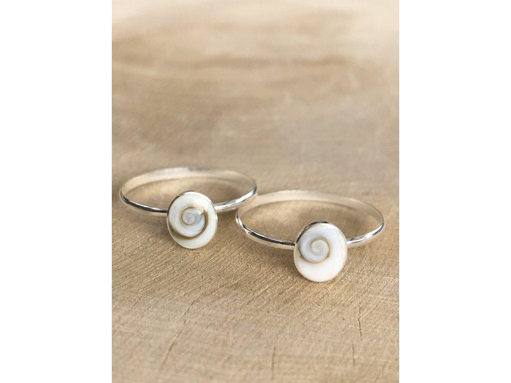 Stříbrný prstýnek Shell Shiva (Velikost 9/60)
