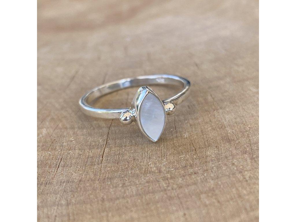 Stříbrný prstýnek Oval s perletí (Velikost 9/60)