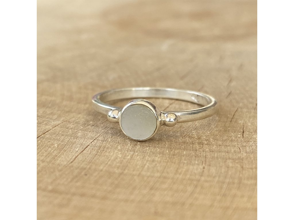 Stříbrný prstýnek Round White Shell (Velikost 9/60)