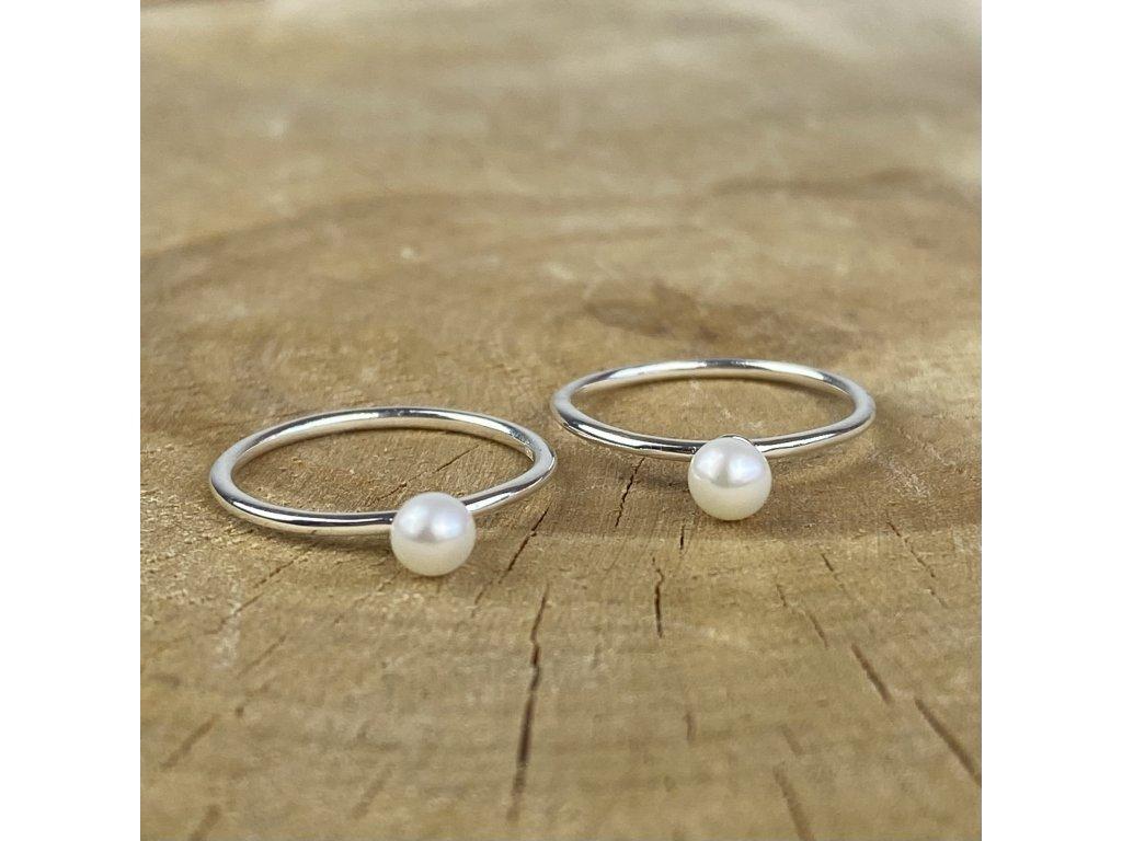 Stříbrný prstýnek se sladkovodní perlou (Velikost 9/60)