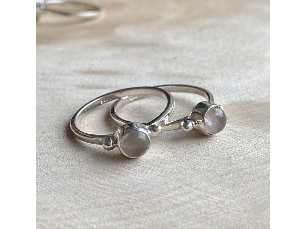 stříbrný prstýnek s růženínem