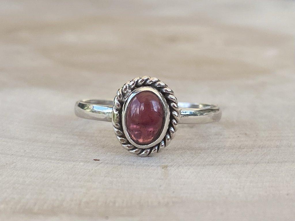 Stříbrný prstýnek Granát Oval  Ag 925/1000