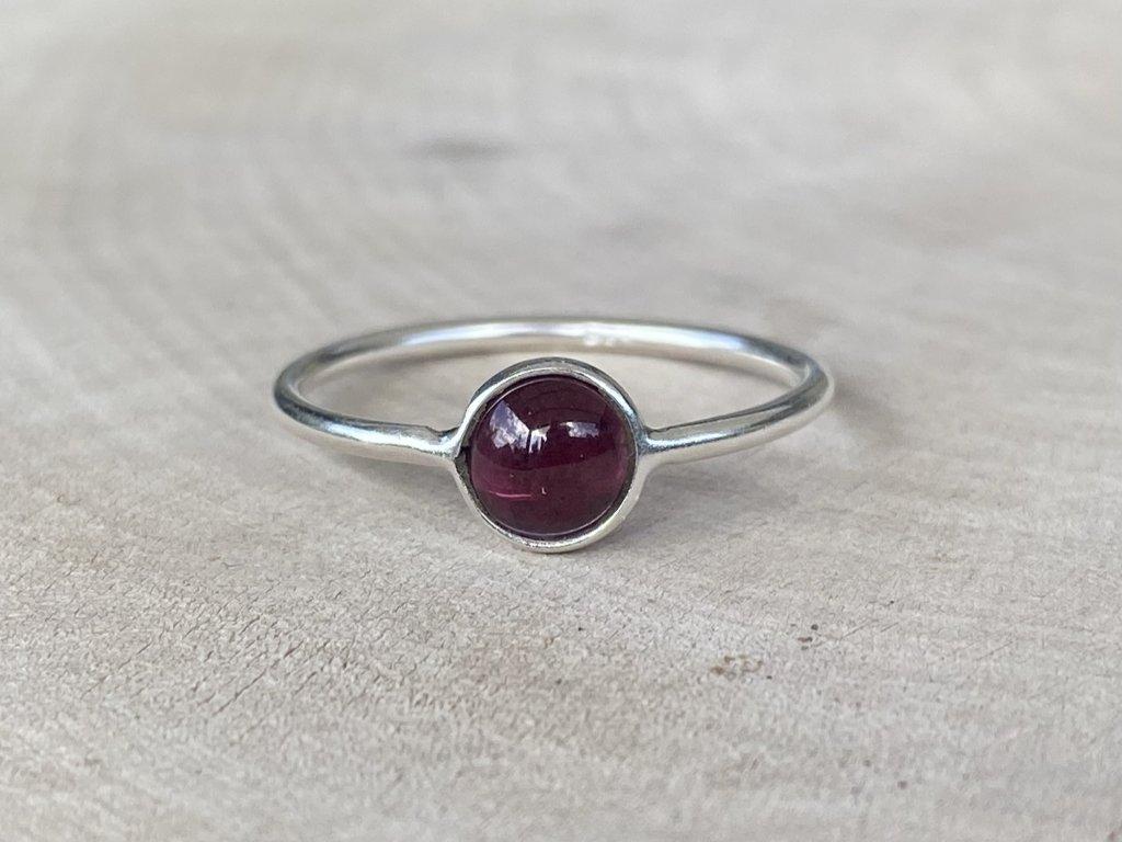 Stříbrný prstýnek Granát Round  Ag 925/1000