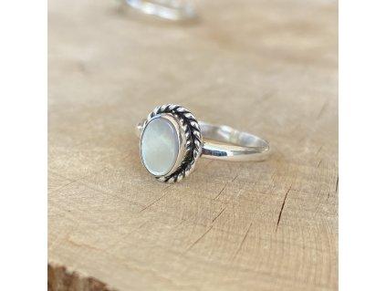 Stříbrný prstýnek White Shell Oval (Velikost 9/60)