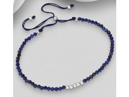 šňůrkový náramek s lapis lazuli.