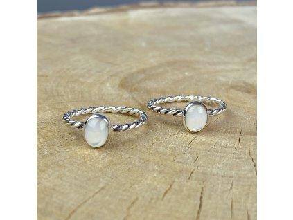 Stříbrný kroucený prstýnek s perletí (Velikost 9/60)