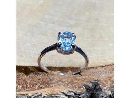 stříbrný prsten s modrým Topazem