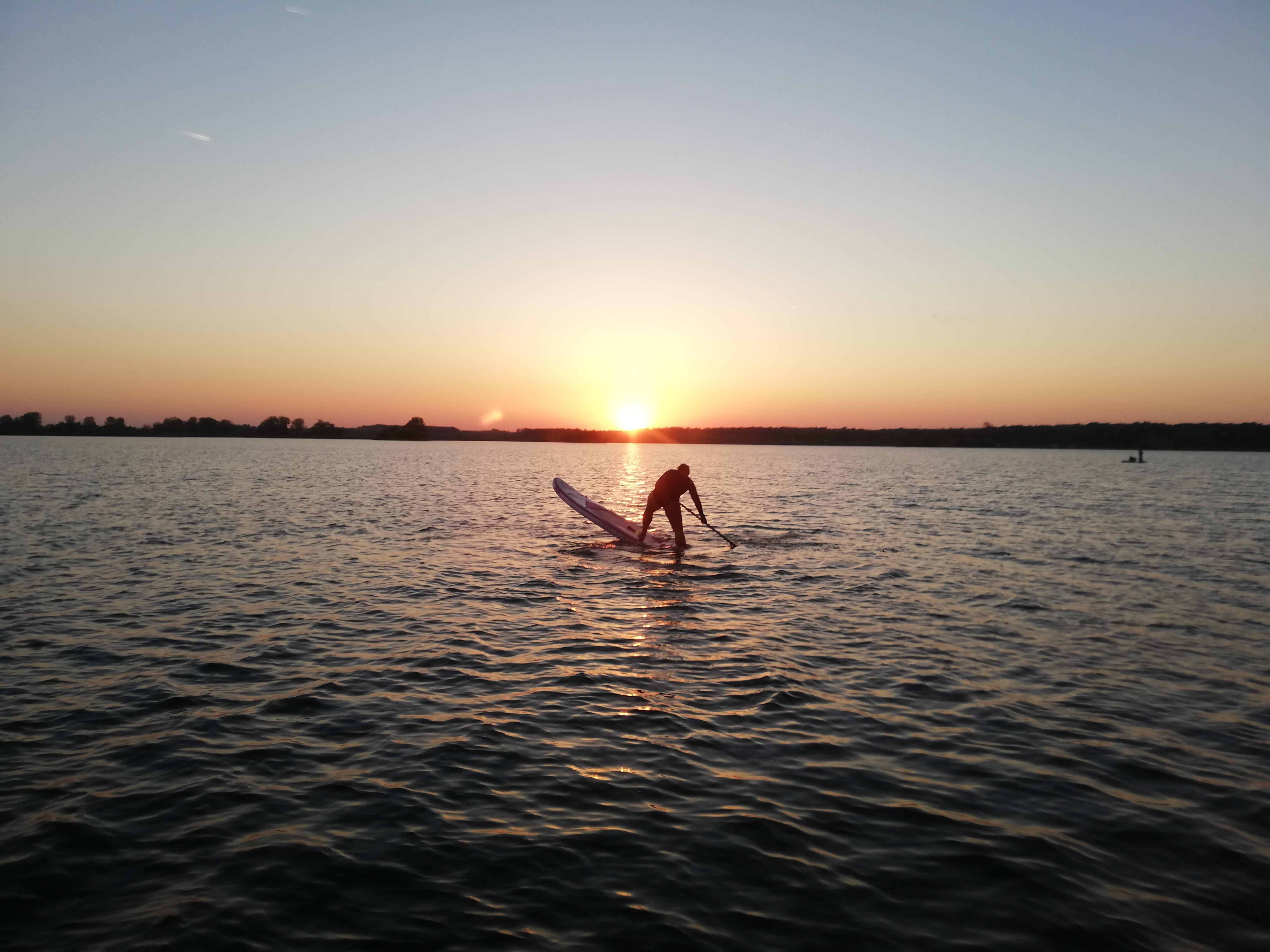 cvičení na paddleboardu