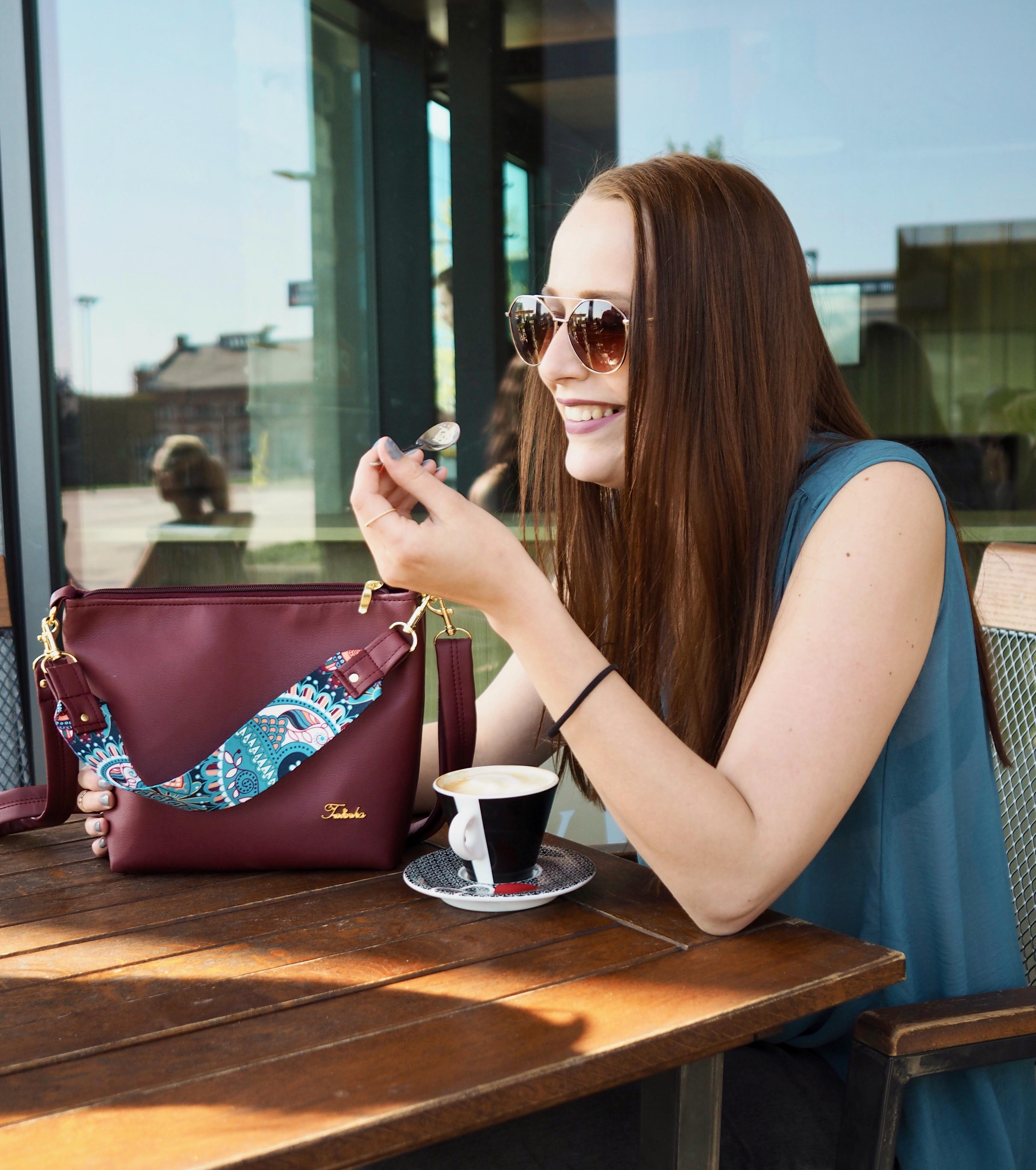 malá vínová kabelka káva