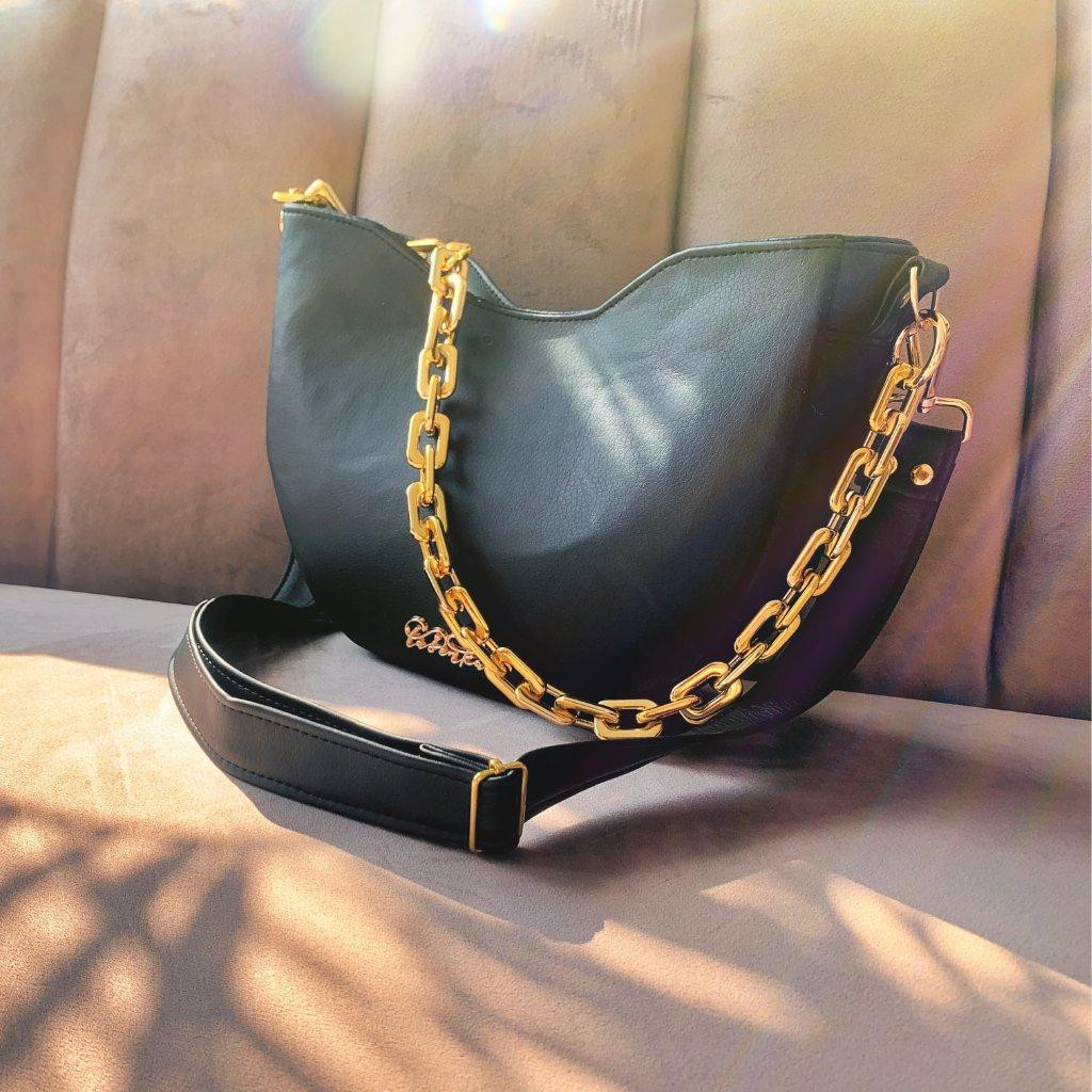Černá sedlová kabelka se zlatým řetězem