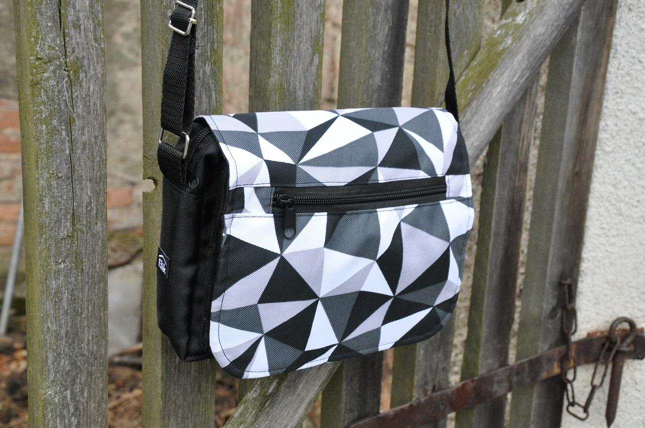 Romantická taška na doklady Barva: Černo-šedé trojúhelníky