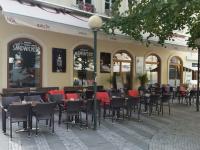 V Cake Cafe Praha mají zahradní nábytek Nünning