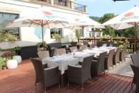 Jídelní stoly, židle a oblíbená lehátka od Nábytek Nünning najdete také v hotelu Mlýn na Karlštejně