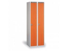 Šatní skříň s dřevěnými dveřmi